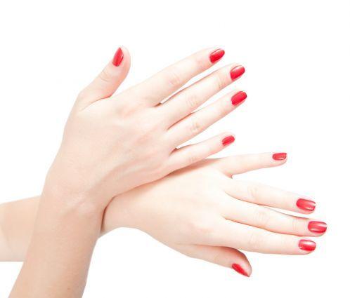 vernis à ongles rouge sur les ongles courts