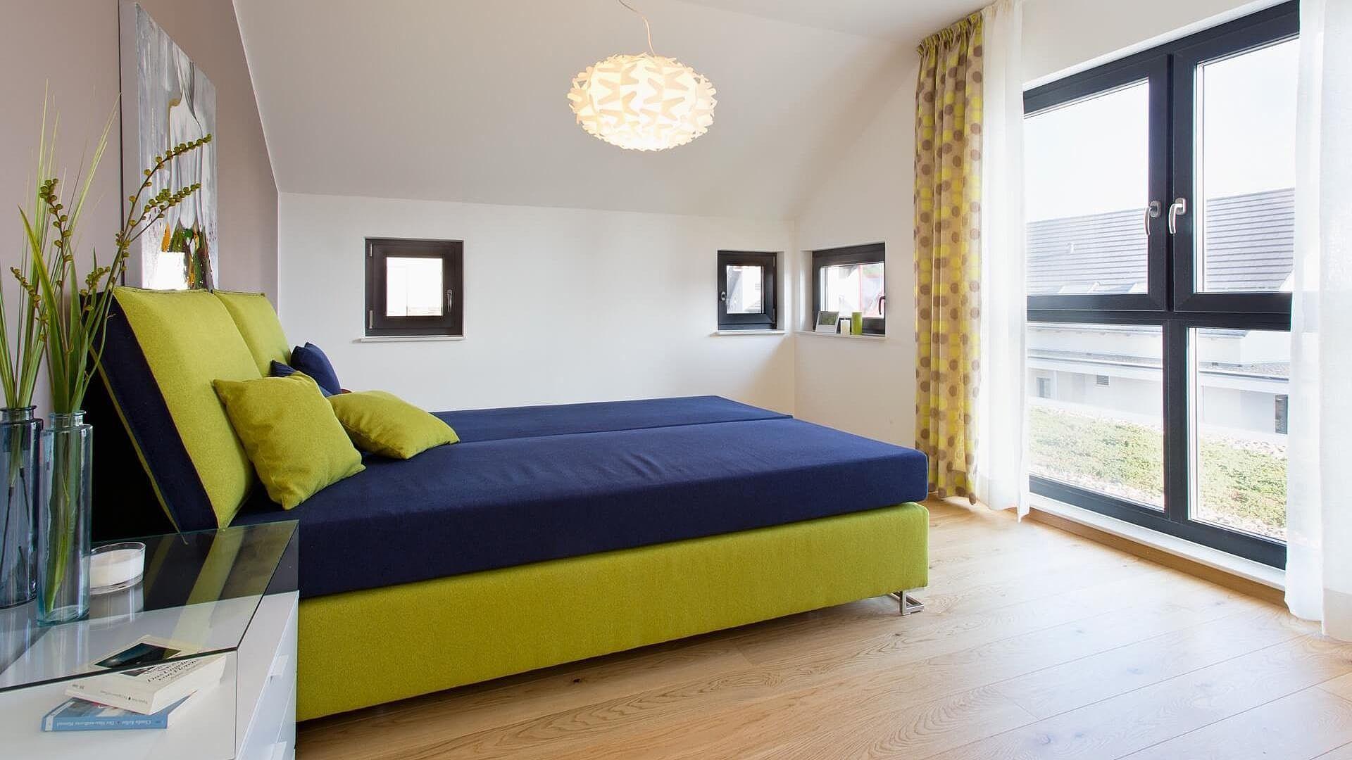 Fußboden Schlafzimmer Quest ~ Schlafzimmer braune wand brauner boden grün blaues bett bodentiefe