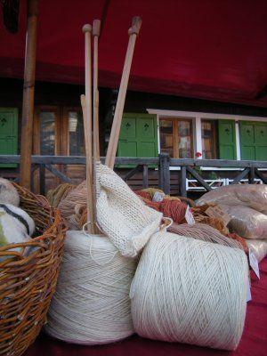 Filati di pura lana vergine 100% da pecore nate, allevate e tosate nel Verbano Cusio Ossola   Sono disponibili sia nel loro colore naturale (bianco) che tinti artigianalmente con tinture vegetali.  I colori al momento disponibili sono:  - Verde (betulla) - Marrone (hennè o carruba) - Rosa (barbabietola) - Giallo (ortica)  in varie gradazioni.  Si lavorano con ferri dal 5 all'8.