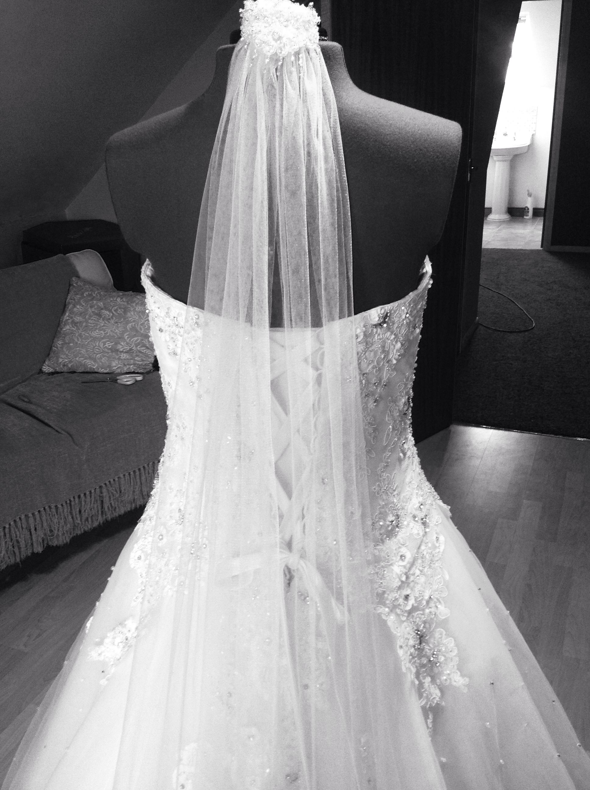 Skinny veil and bridal gown back detail