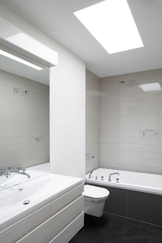 minimalistisches badezimmer oberlichter badewanne grau weiß - badezimmer weiß grau