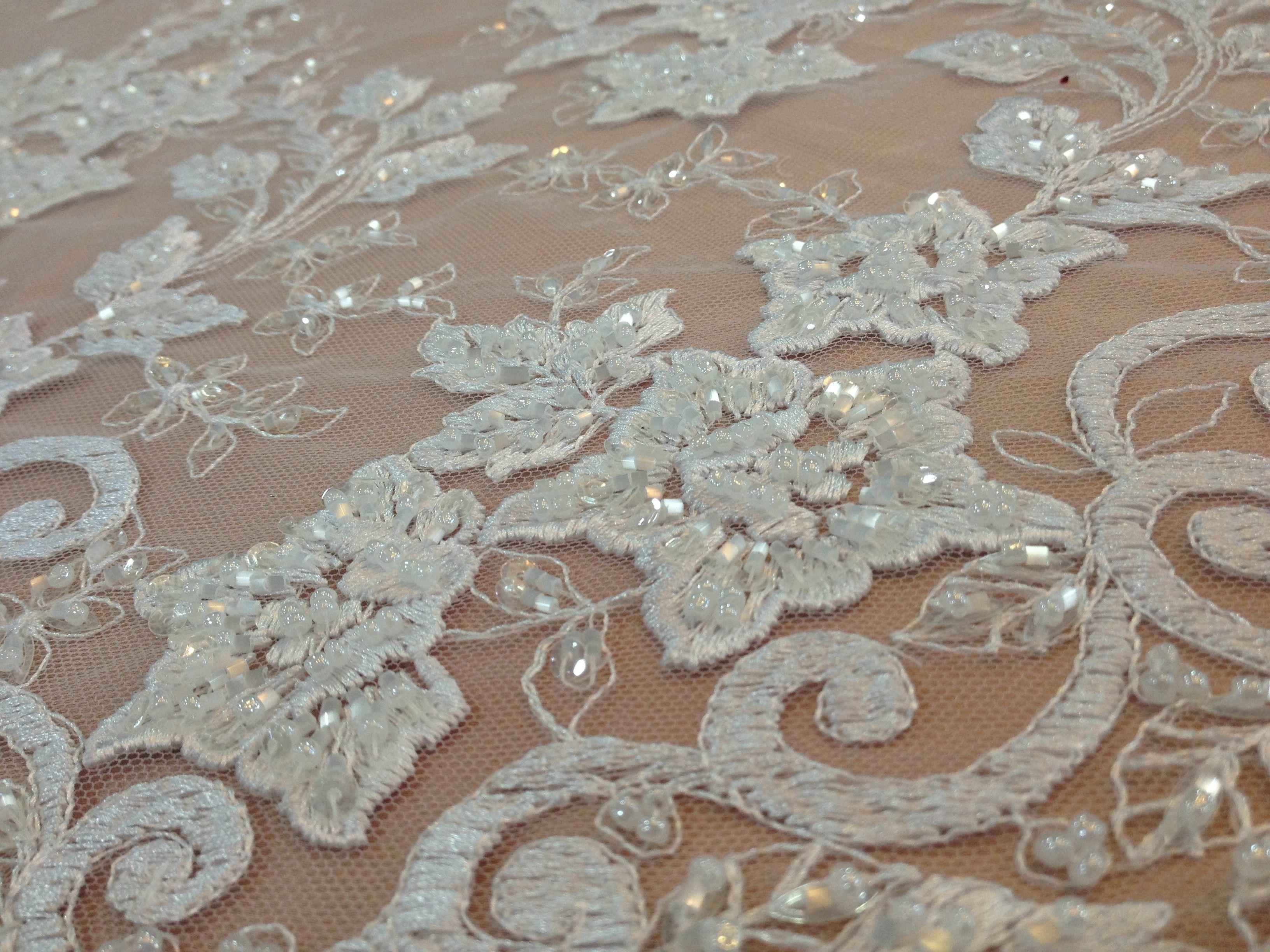 Vestido com aplicações de renda tecido Prada. | Renda tecido