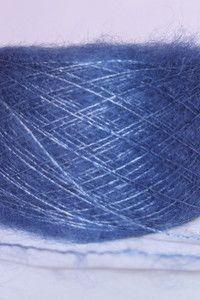 Fil mohair et soie dentelle bleu pacifique 8€ 25g Fil 60% mohair de chevreau et 40% soie naturelle. 25 grammes et 250 mètres.