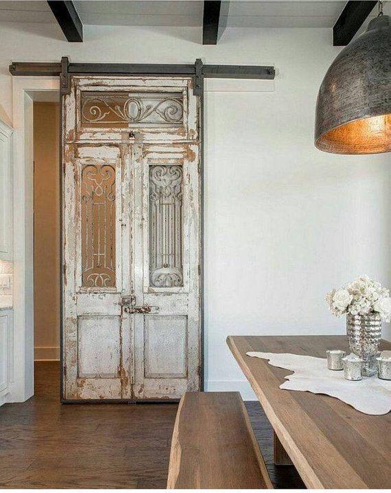 Zurückgeforderte antike Tür beunruhigte Farbenarchitekturret…