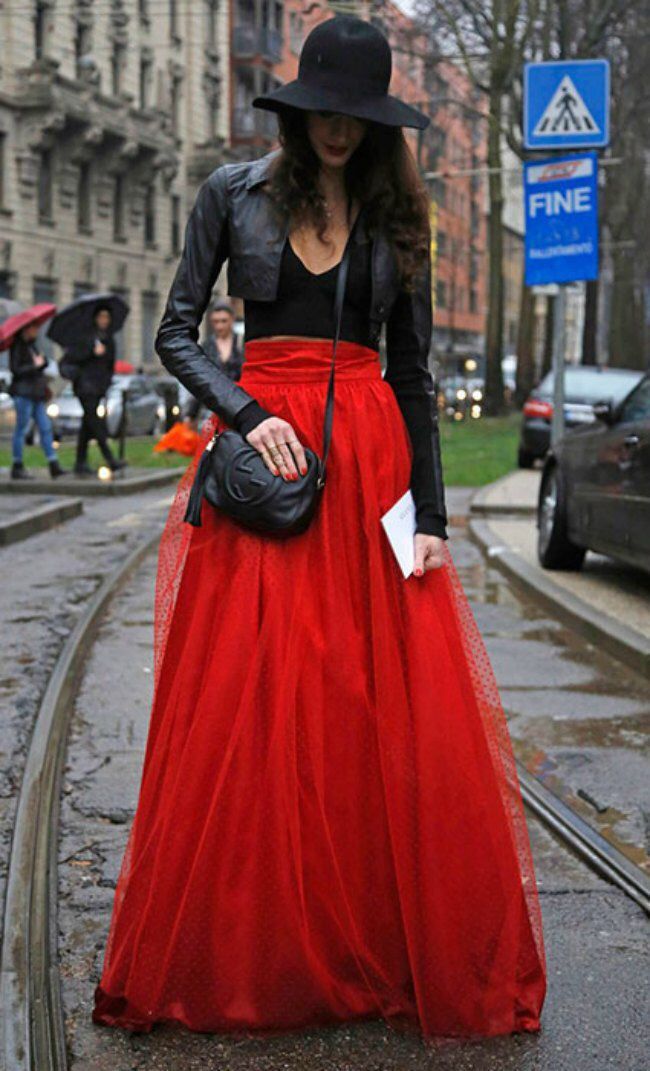 d47b3c9ab Falda tul rojo y cazadora de piel negra. Urban fashion style