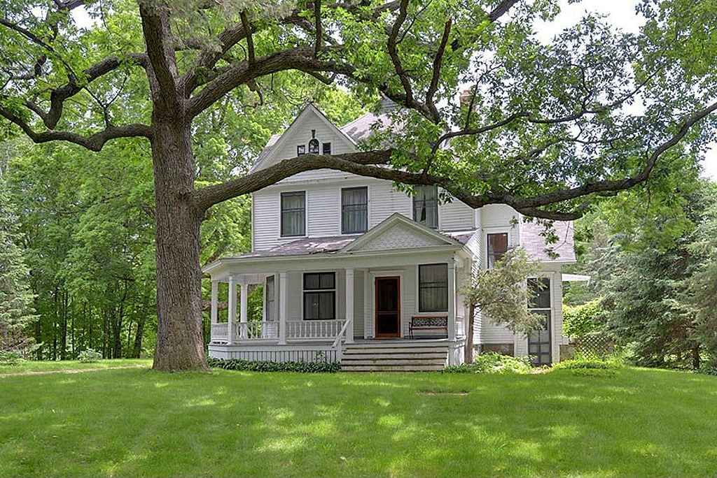 1901 - Oconomowoc, WI | New england farmhouse, Old house dreams, Old farm  houses