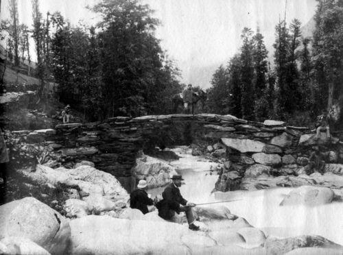 Pont aux ânes, Auzat, 16 juillet 1882 (avec les gardes forestiers : Regnault, Cochet, de St-Venant). Auteur :Trutat, Eugène (1840-1910). Photographe. Droit :Bibliothèque municipale de Toulouse.