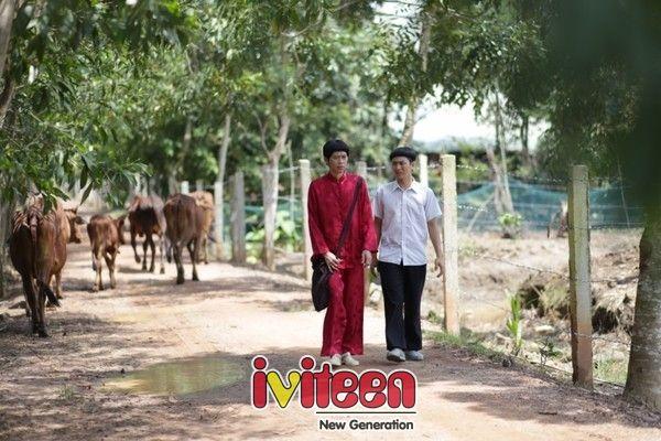 """Cha con Hoài Linh - Hoài Lâm tạo dáng khó đỡ với kiểu tóc """"đầu nấm"""" - http://www.iviteen.com/cha-con-hoai-linh-hoai-lam-tao-dang-kho-do-voi-kieu-toc-dau-nam/  Cha con Hoài Linh – Hoài Lâm tiếp tục """"song kiếm hợp bích"""" trong phim Tết 2016: """"Tía Tui Là Cao Thủ"""".    Sau thành công của phim Tết 2015 Quý Tử Bất Đắc Dĩ, cặp cha con """"vàng"""" của showbiz Việt: Hoài Linh – Hoài"""