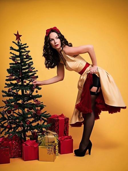 #pinuppromdress #christmasdress #partydress #1950seveningdress #christmaslook #vintageparty #vintagenye #swingdress #1950scircledress #flareddress #50sswingdress #50shalterneckdress