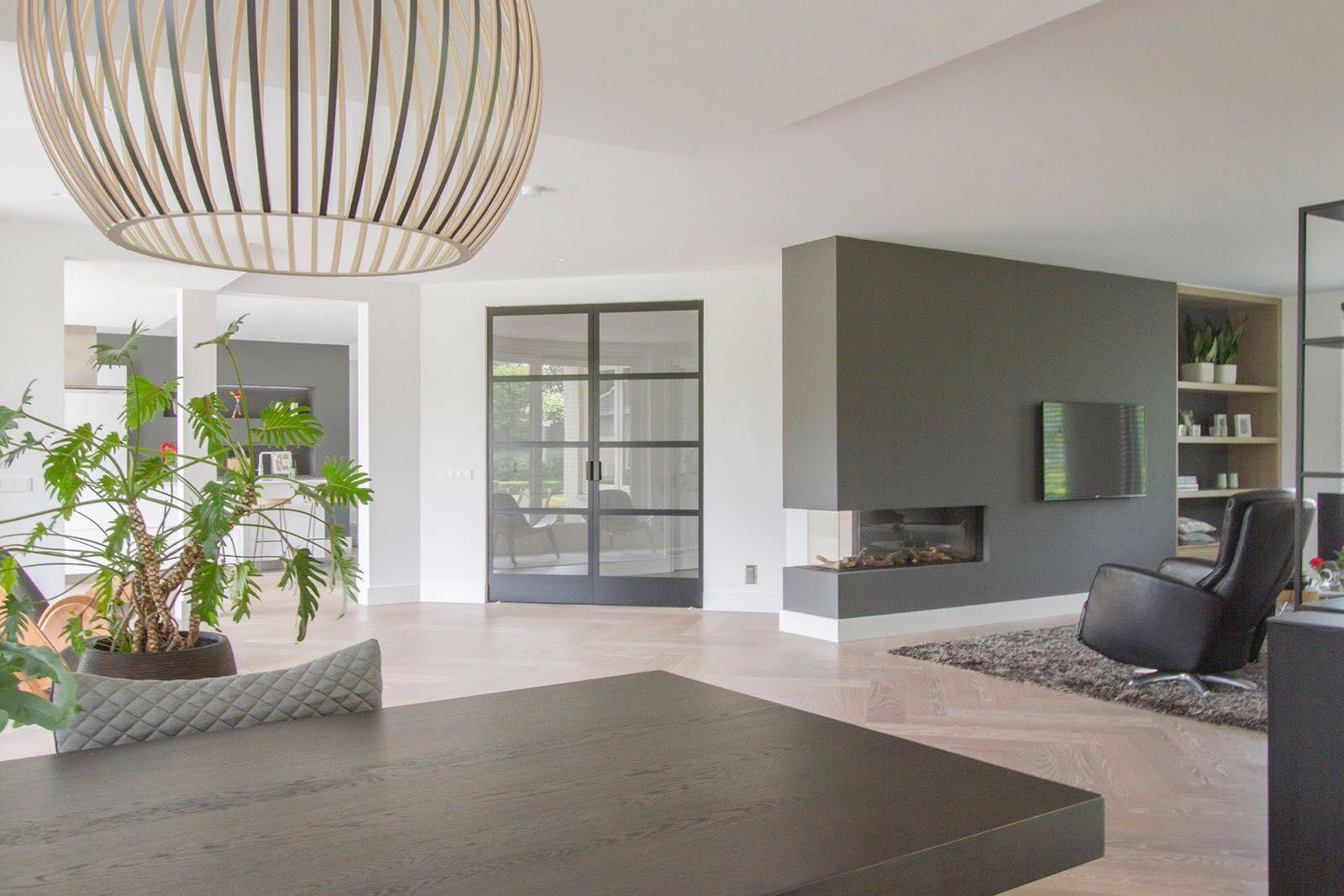 Tv In Vloer : Stalen deuren. woonkamer gezien vanuit eetgedeelte vloerkleed op