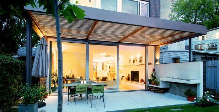 Moderne houten terrasoverkapping met combinatie tuin for Moderne tuin met overkapping