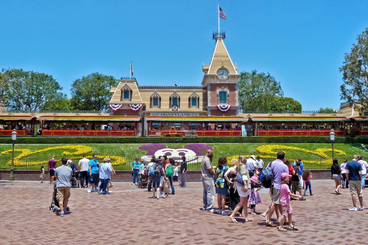 Disneyland tips for a happy visit. 51 ways to have even more fun at Disneyland, avoid pitfalls and find some secrets.