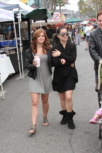 69533b0d4 Ariel Winter Visits the Farmers Market