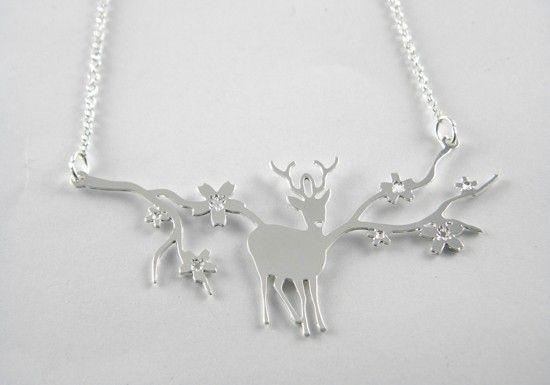 Shlomit Ofir est une créatrice Israélienne qui crée et fabrique tous ses bijoux à la main.Collier cerf argenté.Collier en forme de cerf argenté orné de branches de cerisier.Un collier original et poétique.