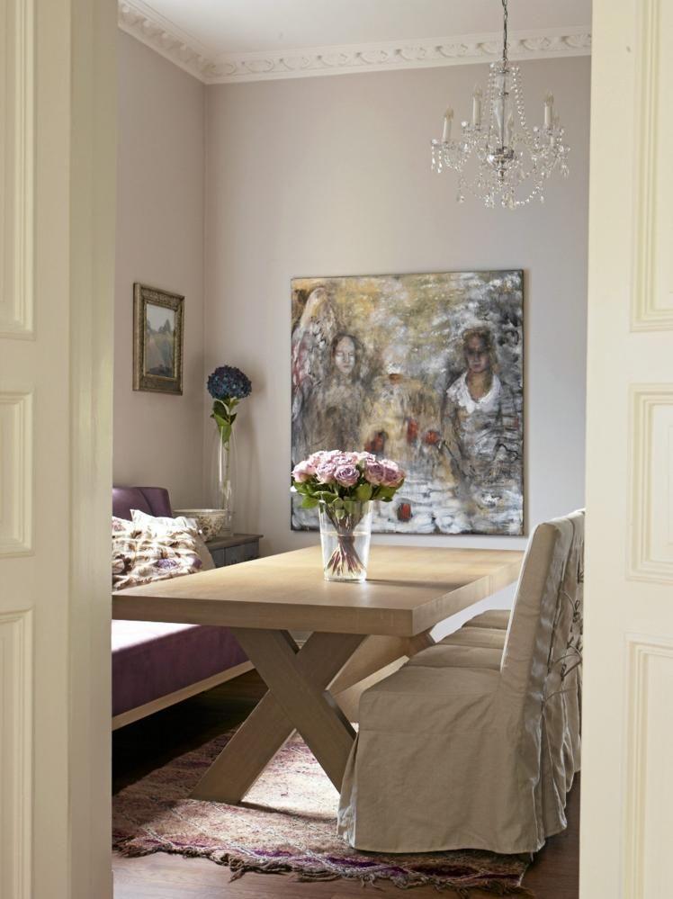 Spisestuen har bord og sofa fra Slettvoll, og stoler fra Bohus. Det ...