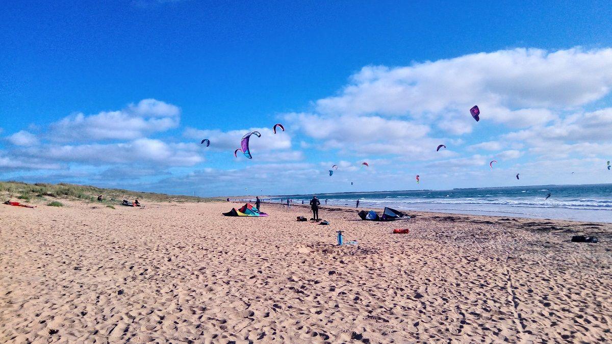 Le Ballet Des Voiles Legeres Des Kite Surfs Dans Le Ciel De Kerhilio A Erdeven Tout Un Spectacle Gite Bretagne Chemin De Randonnee Morbihan