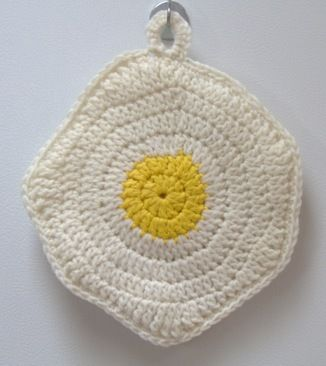 Free patterns.  Fried Egg crochet potholder pattern by JASMIN. #crochetpotholderpatterns