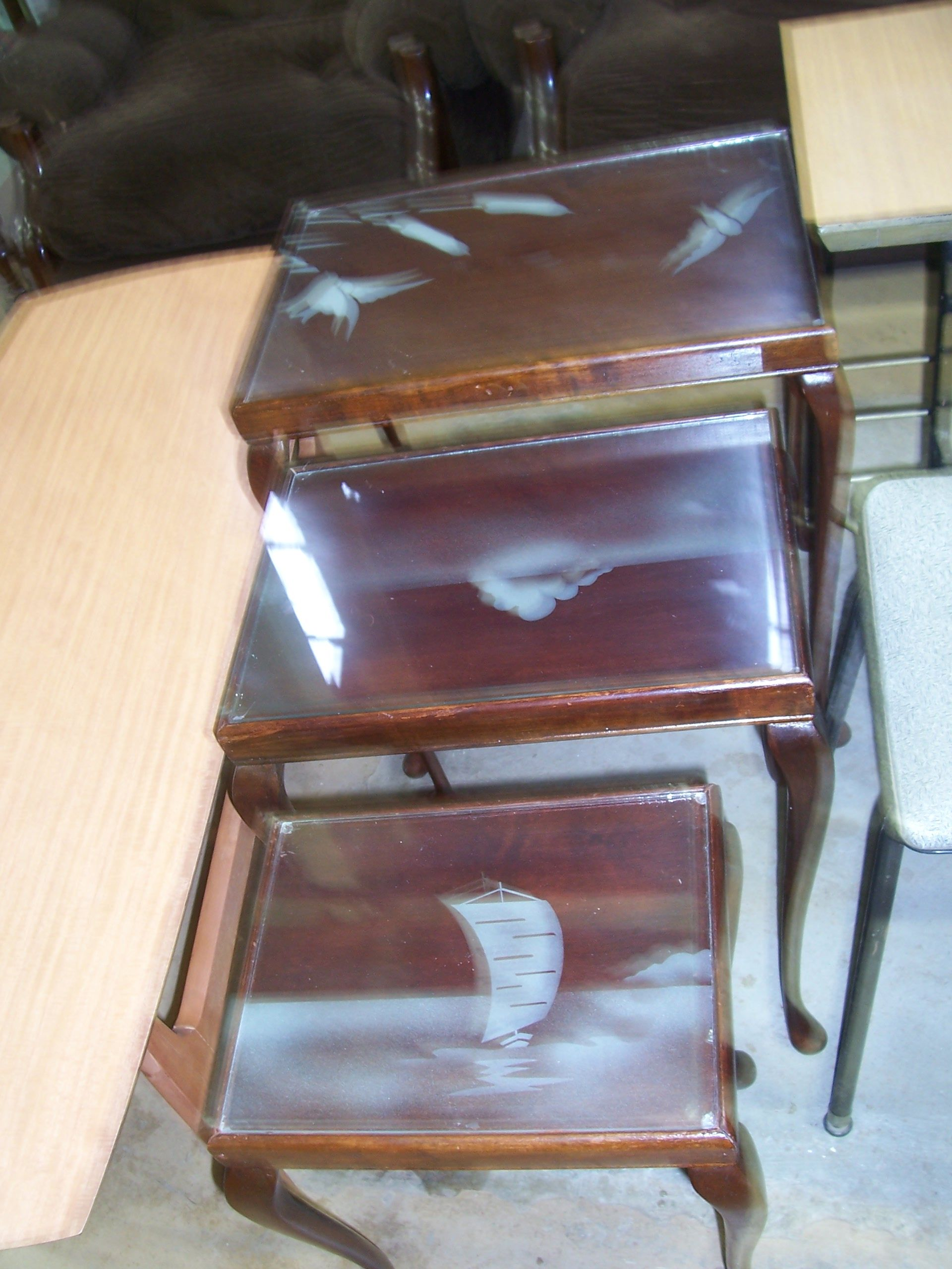 Deco Etched glass covered set of 3 coffee tables Is not a