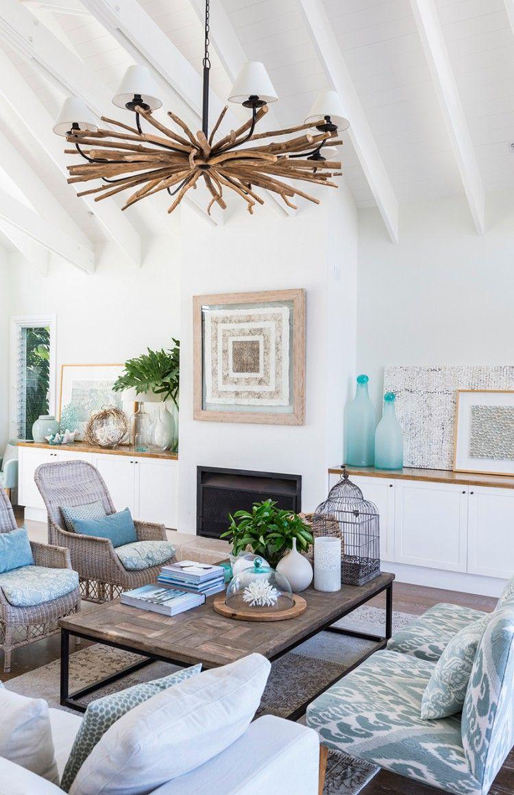 Salon avec une déco bleue et bois