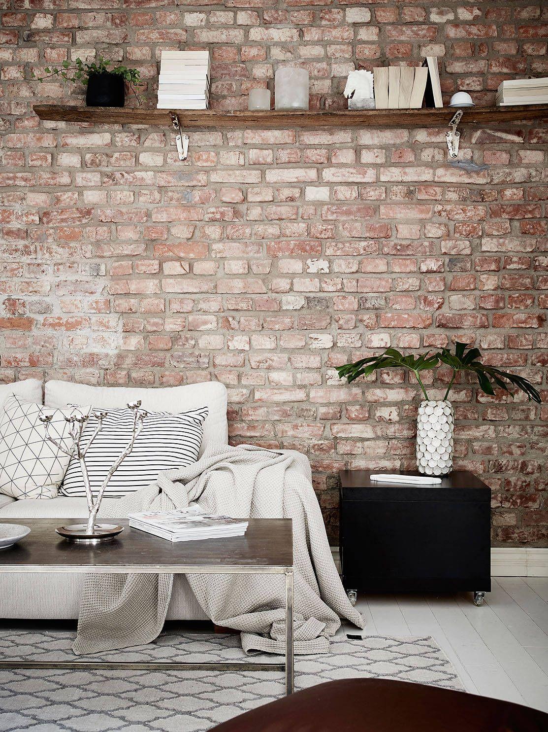 mur en briques délavées, enduit blanc ou chaux par dessus. | murs