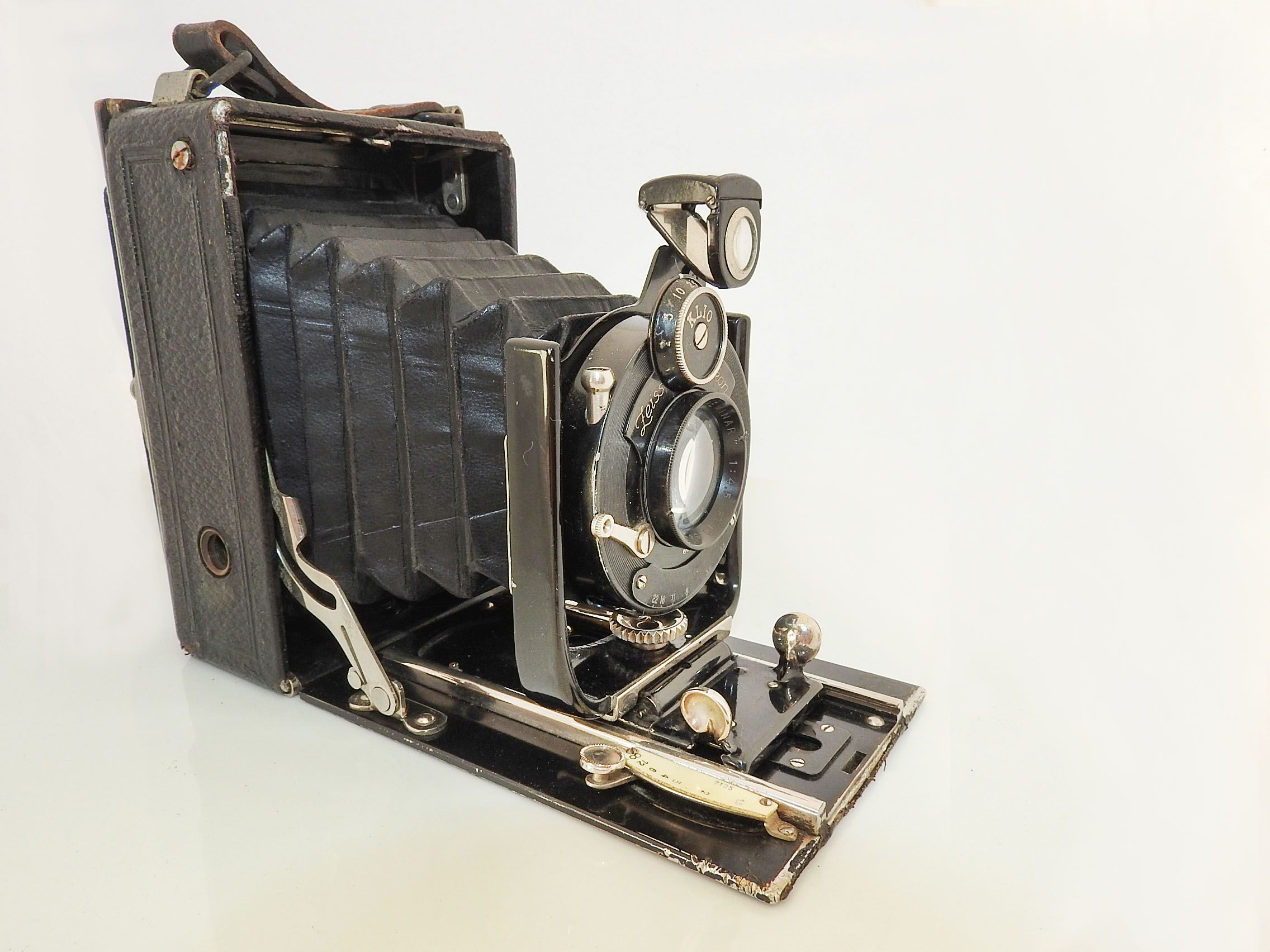 Zeiss Ikon Ica Volta Folding Plate Camera 1920s This is an average worn condition Zeiss Ikon Ica Volta 106/1 folding self-casing plate camera in 6x9cm format. Lens is a Preminar f4.5/100mm with Klio shutter, working. Probably 1925 following the merger of Ica with Zeiss.