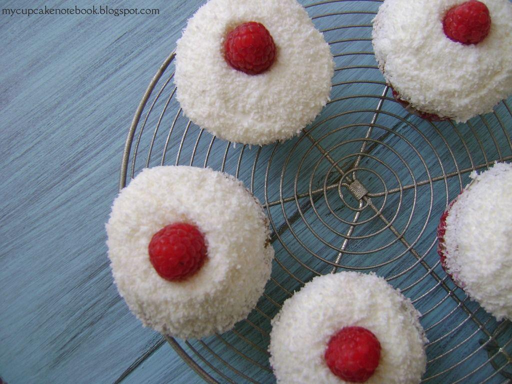 Cupcakes de frambuesa y coco con frosting de queso