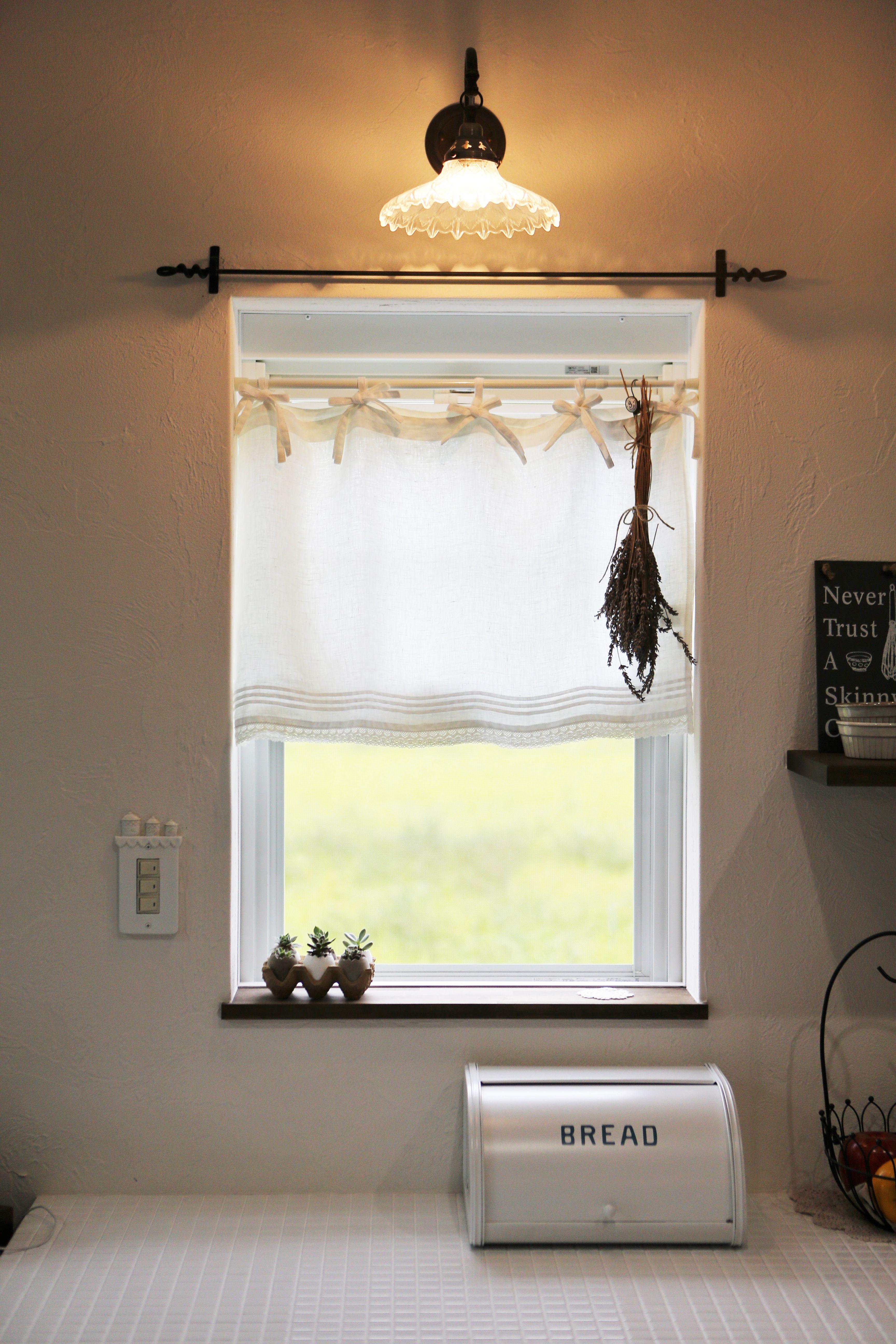 キッチンの窓にはカフェカーテンが似合います 窓台には小さな多肉植物をディスプレイ アイアンバー 照明 モザイクタイル ゼスト倉敷 インテリア 室内 窓 インテリア ディスプレイ