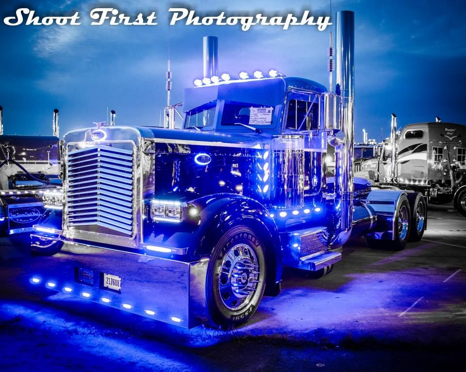 Blue is a beautiful color, very nice foto | Peterbilt ...