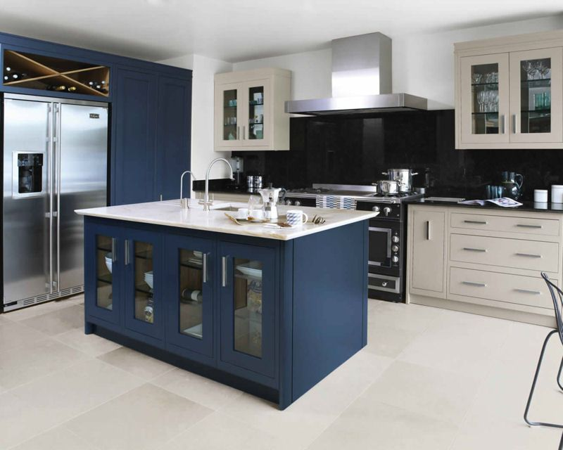 cuisine quip e astucieuse de couleur bleu et beige. Black Bedroom Furniture Sets. Home Design Ideas