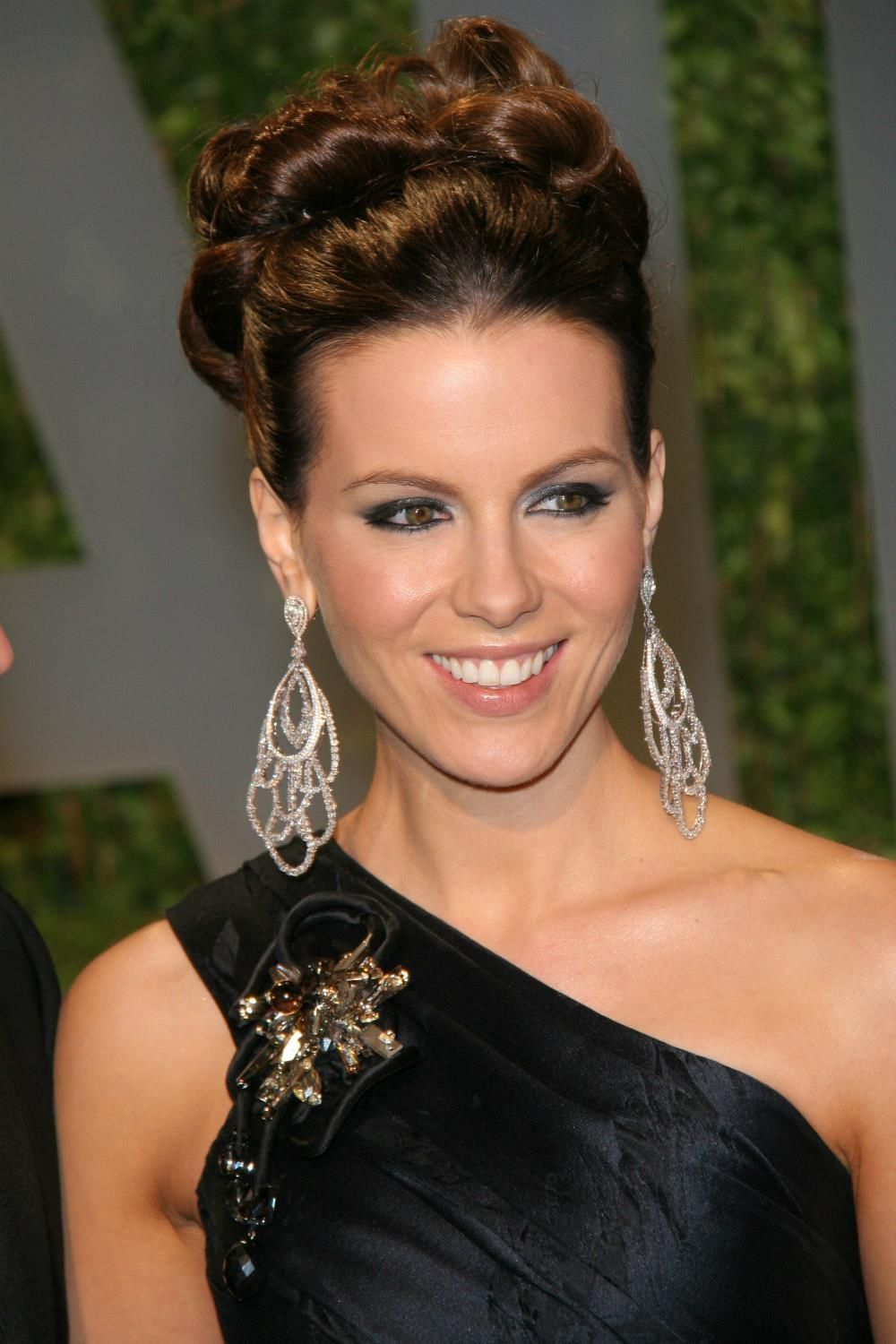 kate beckinsale gougers look with beautiful classic bun hair style