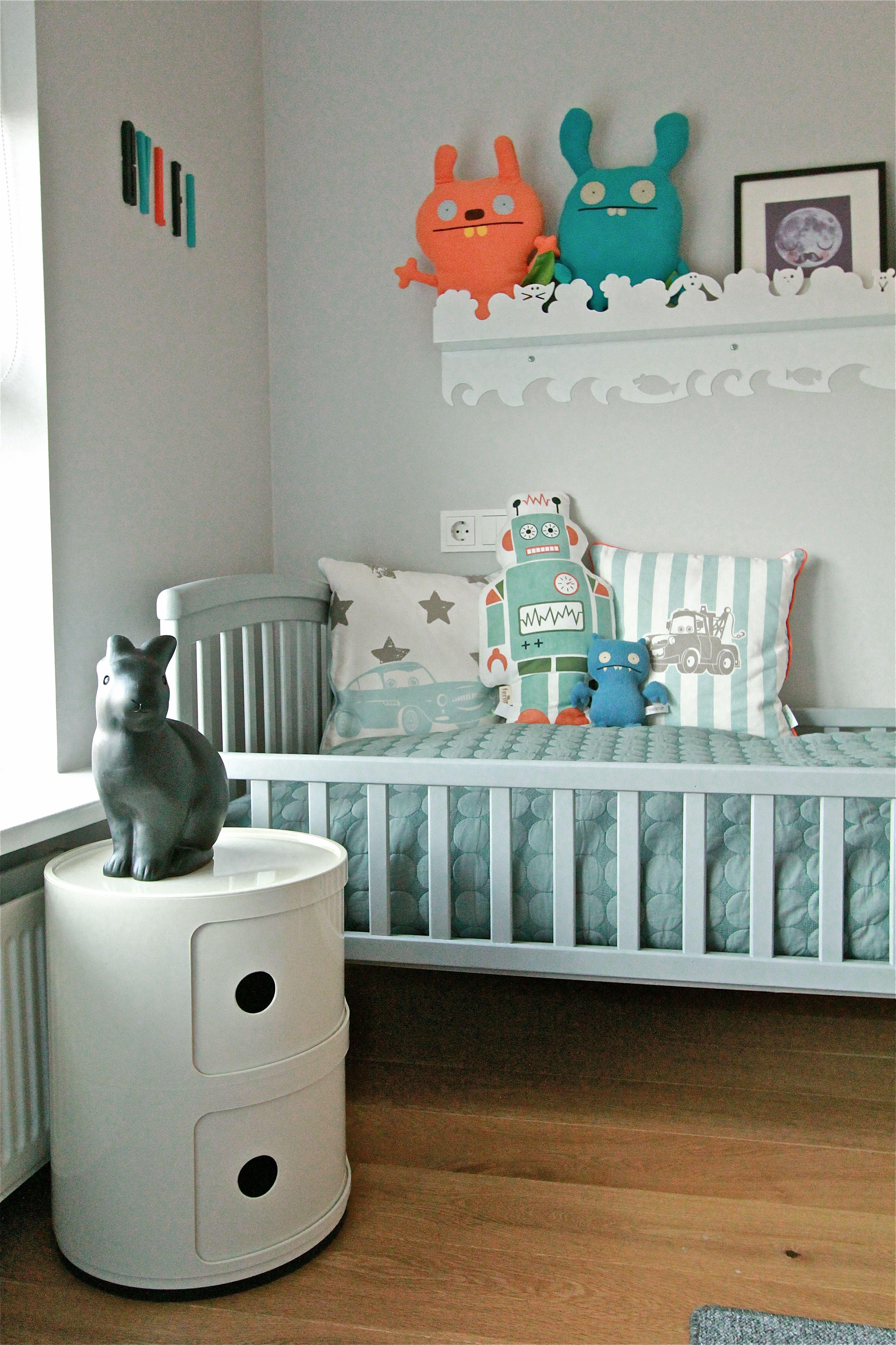 Module de rangement Componibili dans une chambre d'enfant garçon