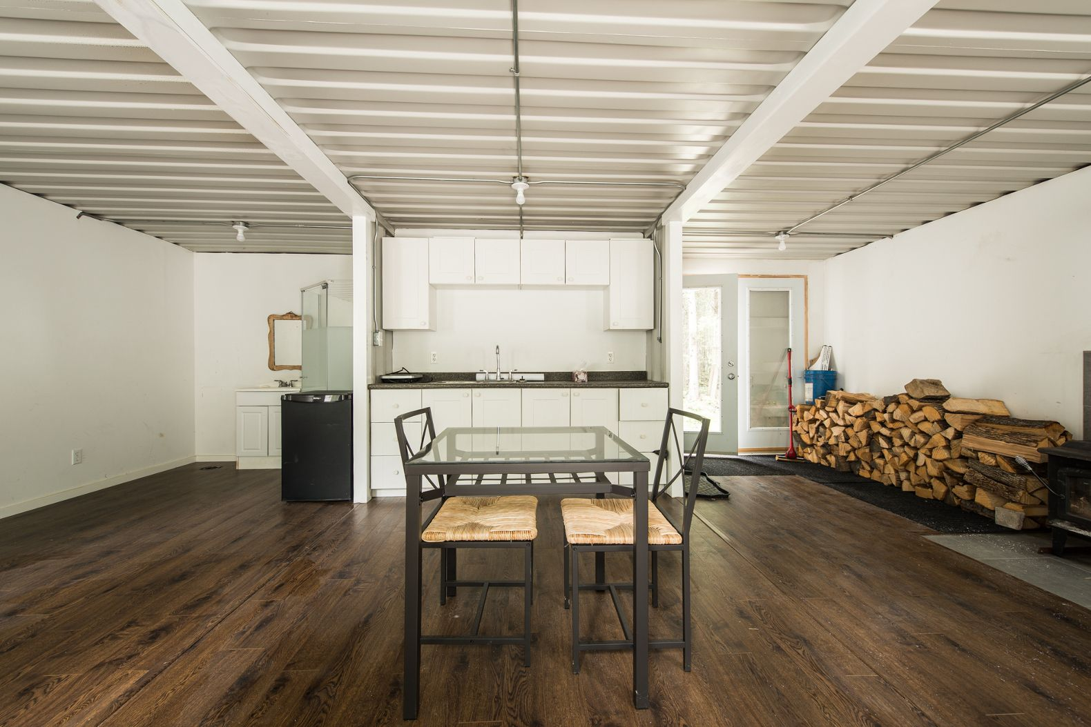 A Canadian man built this off-grid shipping container home for just ...
