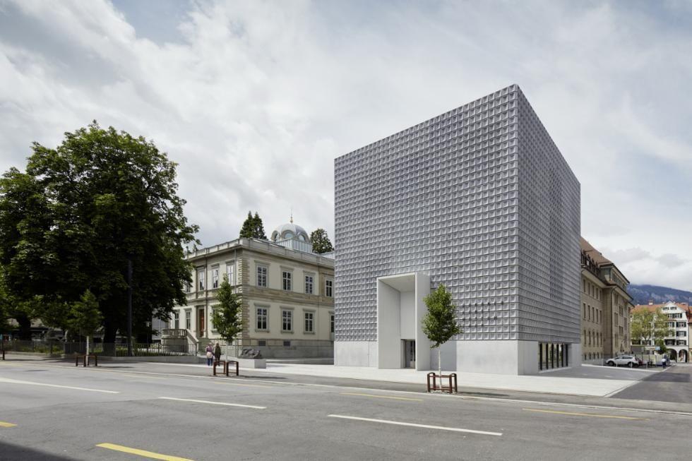 Mit filigraner Leichtigkeit erhebt sich der von Fabrizio Barozzi und Alberto Veiga aus Barcelona realisierte Erweiterungsbau des Bündner Kunstmuseum in Chur.. (Bild: Ralph Feiner)