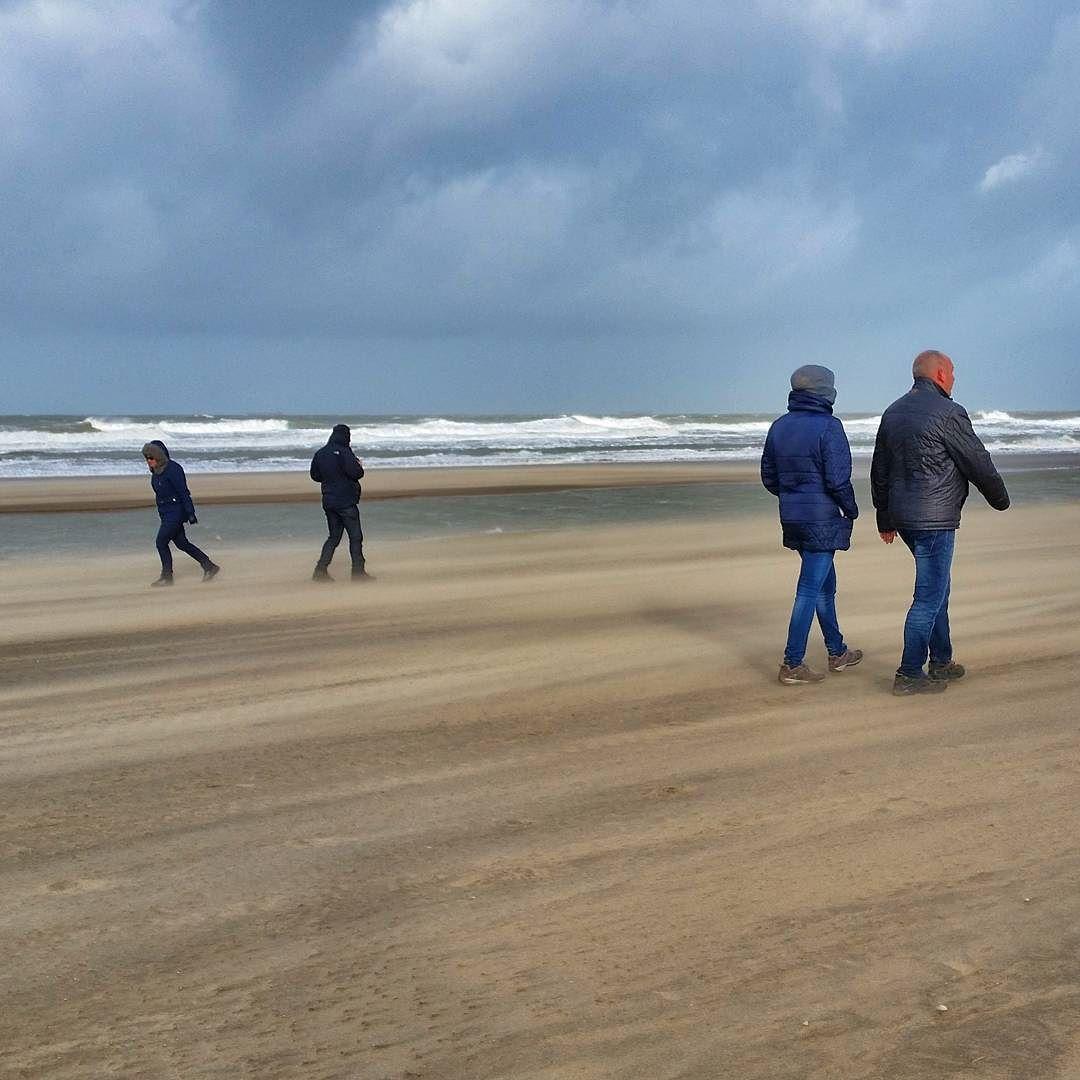 Stormachtig weer langs de kust van Den Haag Stormy weather along the