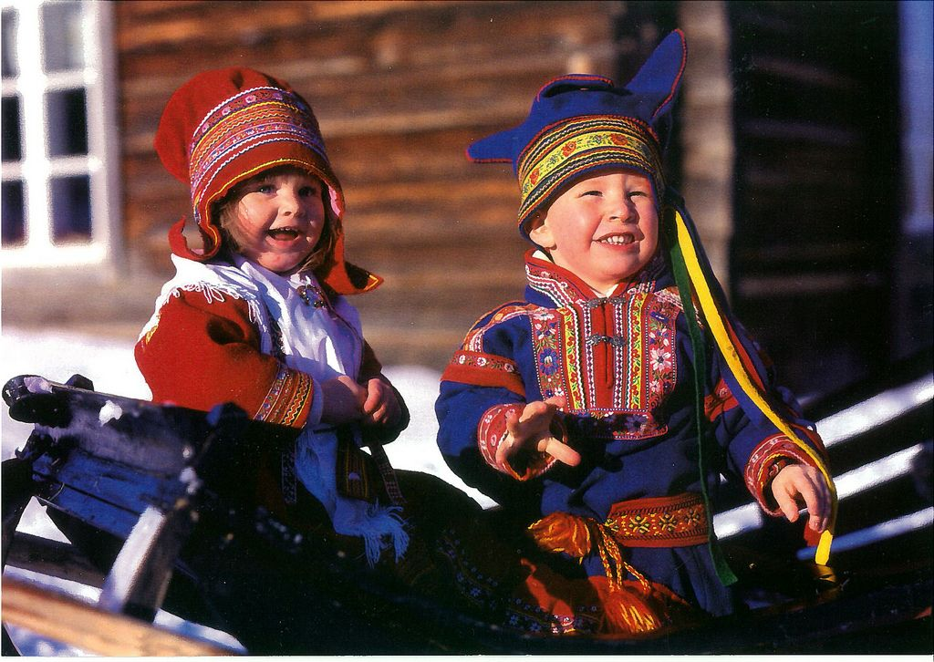 e5fe53382bf T 159 905 Lapland Sami children in traditional clothes - not available