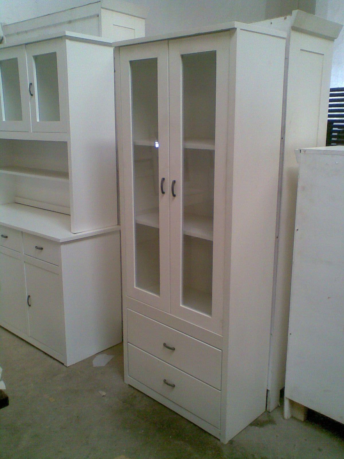 Vitrina de madera de pino lacada en blanco tres puertas for Milanuncios muebles valencia