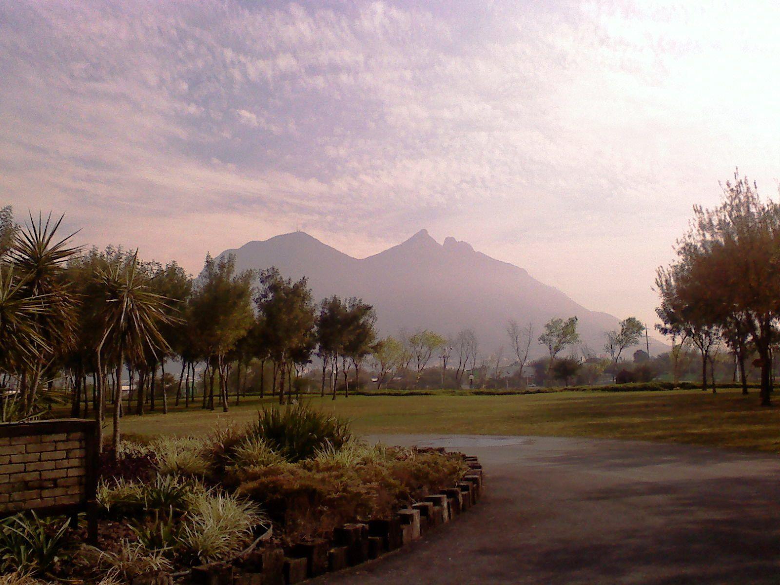 el cerro desde otra perspectiva, desde parque fundidora parte trasera