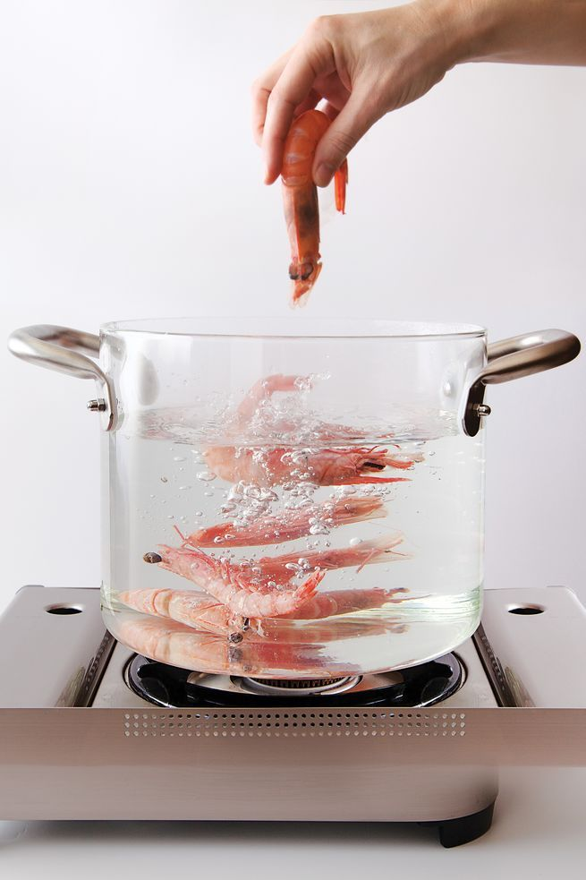 Amateur food paparazzi will enjoy peeking at their dinner as it boils away in this transparent pot