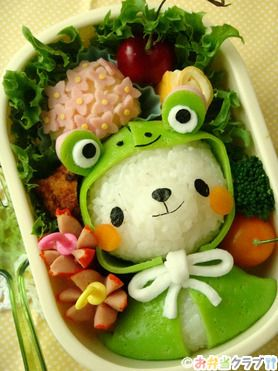 Adorable bento... Can you believe this is food? I would totally eat that! ^-^