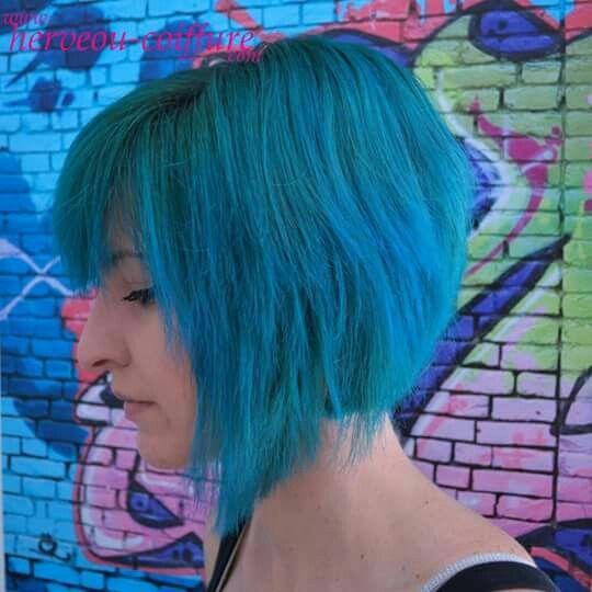 Coloration bleue - verte réalisée au salon de coiffure Herveou ...