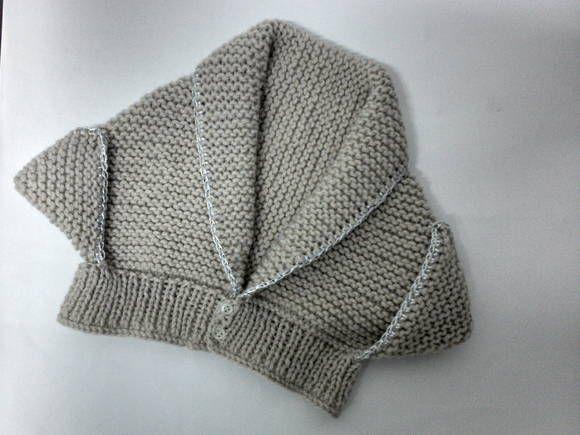 Casaquinho de tricô clássico para bebês de 6 meses até 1 ano aprox. Ideal para dias de frio. Confeccionados com lã antialérgica de qualidade. Fechamento com 2 botões combinados e arremate com biquinho de crochê em fio de seda. Modelo feminino que pode ser encomendado em qualquer cor.