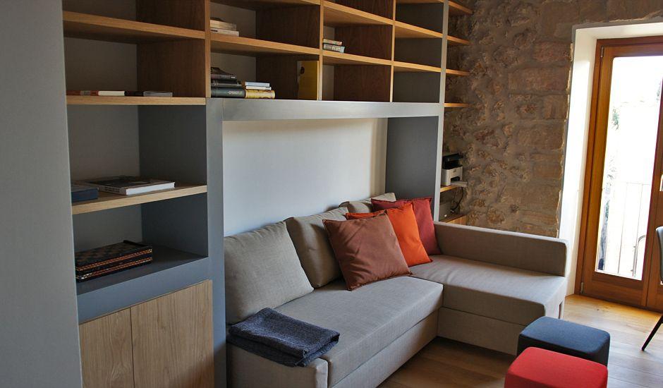 Sofa umbaut von Regal.