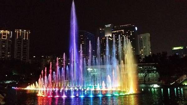 Romantische Flitterwochen in Kuala Lumpur, die Wasserspiele im KLCC Park sind bezaubernd.
