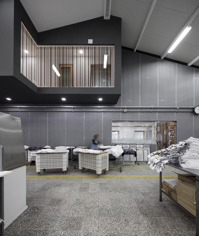 Galer a de renovaci n y nuevas adiciones a un edificio for Diseno de apartamentos industriales