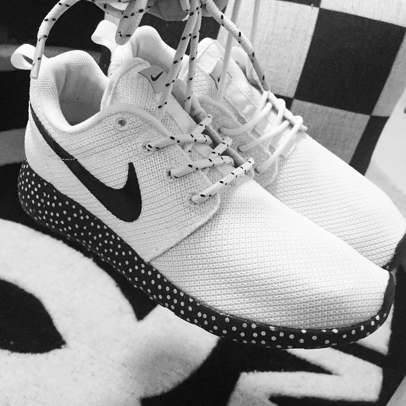 nike roshe run white and black tick