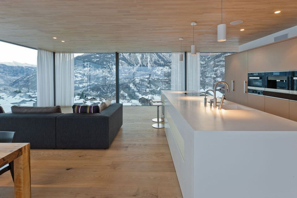 Die Moderne Kuche Ist Mittelpunkt Von Holz Und Glas Zu Hause In Der Schweiz 2020 Modern Kitchen Design Contemporary House Modern Residential Architecture