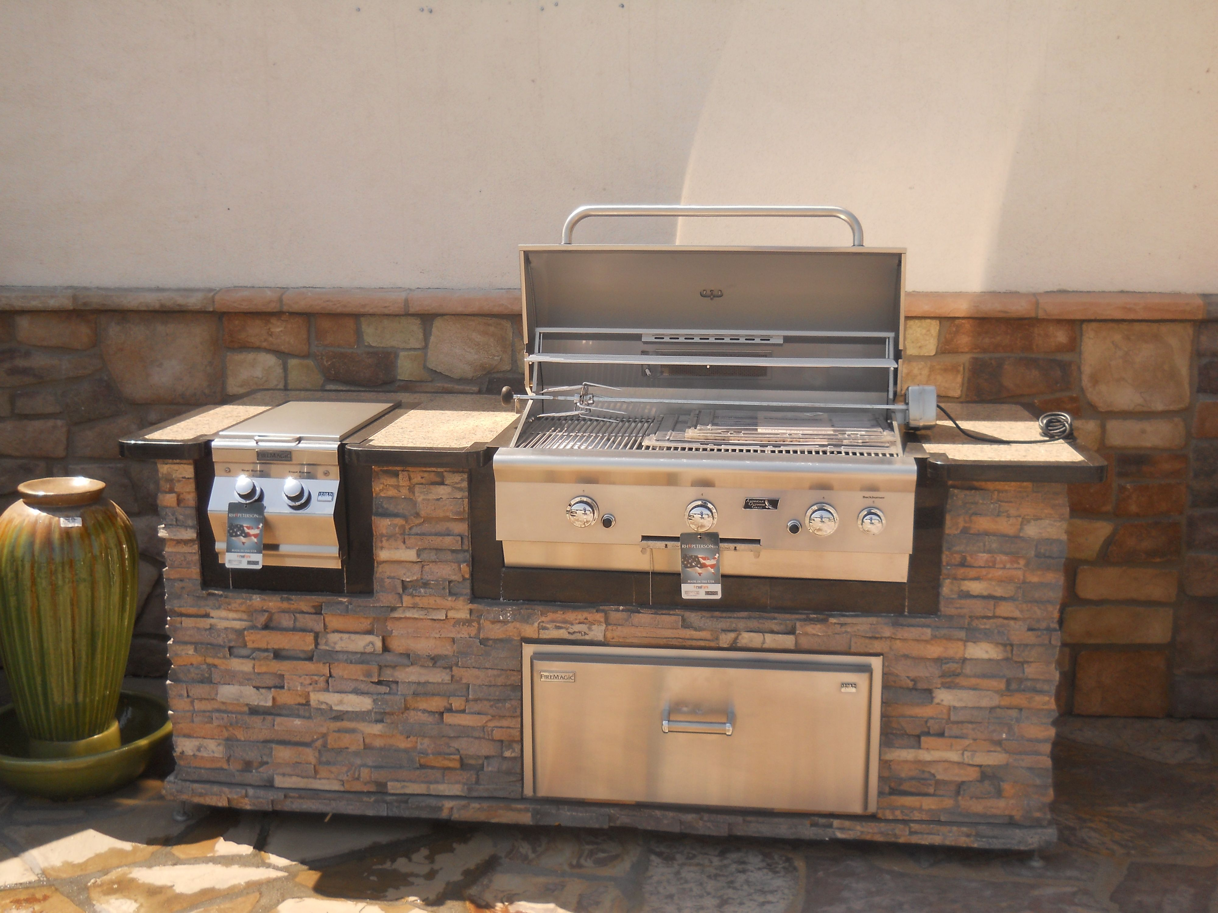 Outdoor bbq island with natural stone around the entire for Outdoor barbecues built in
