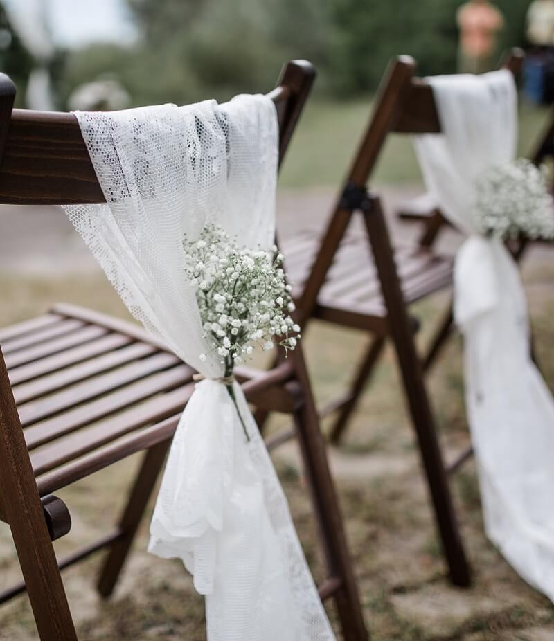 25 Einfache Diy Stuhldeko Ideen Fur Die Hochzeit Hochzeitskiste Vintage Hochzeit Deko Hochzeit Tischdekorartion Hochzeit Deko Ideen