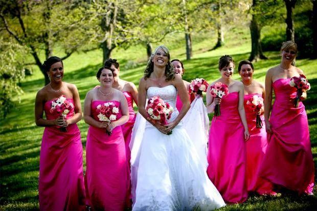 Para elegir el color del vestido de tus damas de honor, considera la estación del año y el lugar. También debes tener en cuenta el lugar en el que te tomarás fotografías, como también el color que has escogido para la recepción.