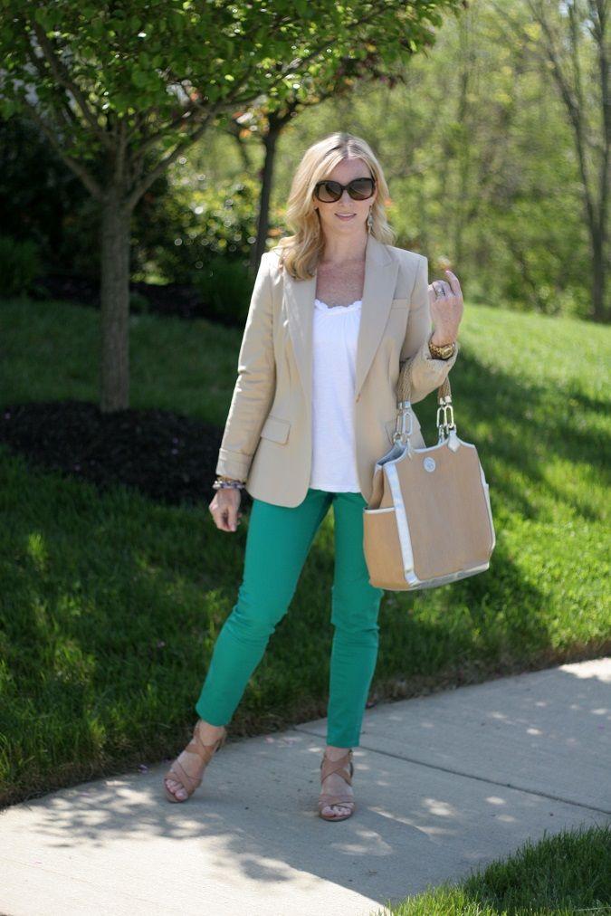 Hier stehen farbige Jeans im Mittelpunkt und werden von neutralen Basics umrahmt.